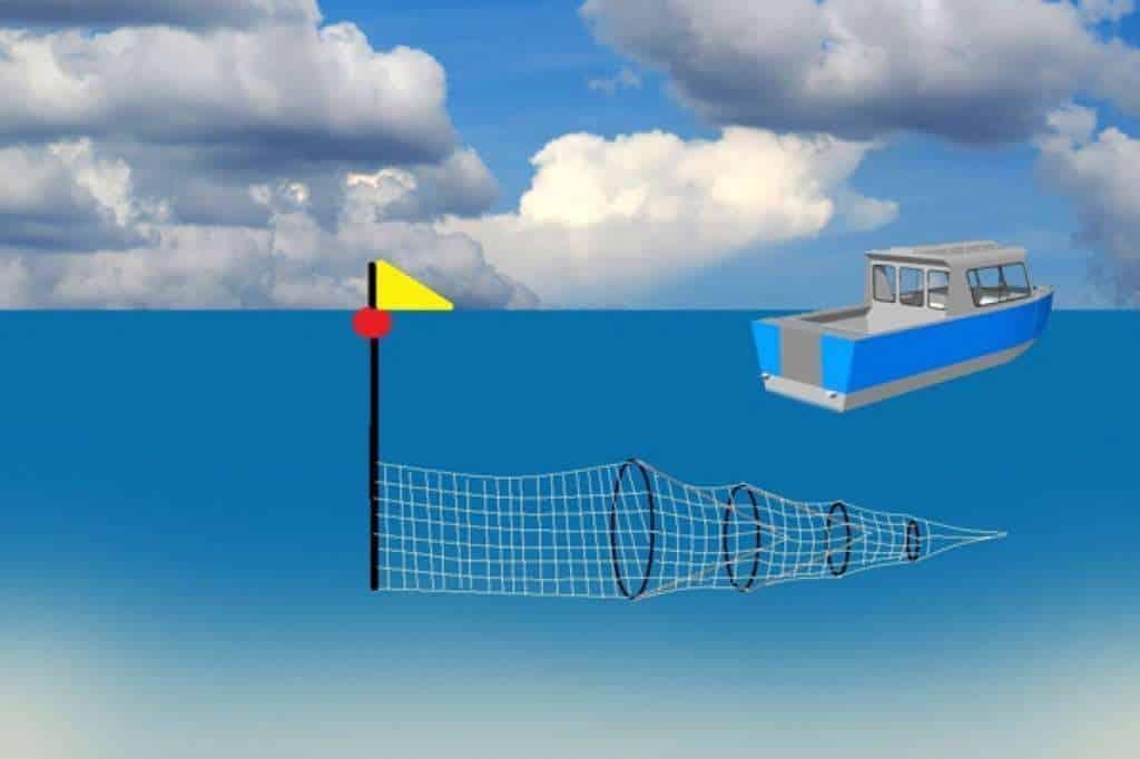 Een vissersboot bij een fuiknet